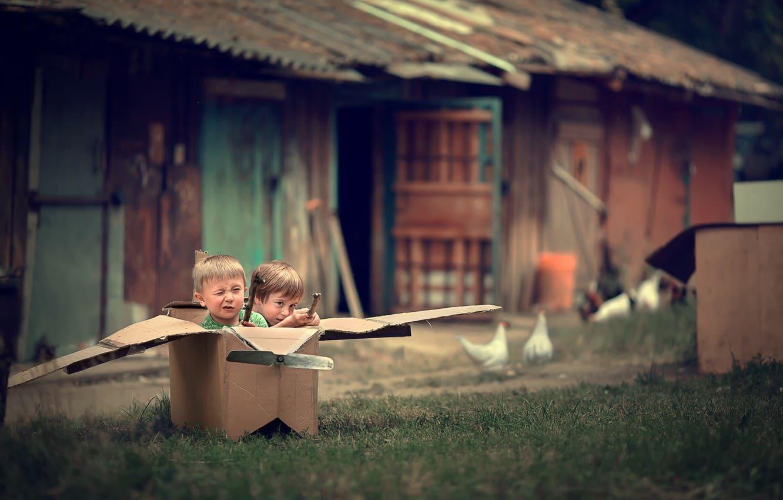 Дети участвуют в конкурсе с коробками на 23 февраля
