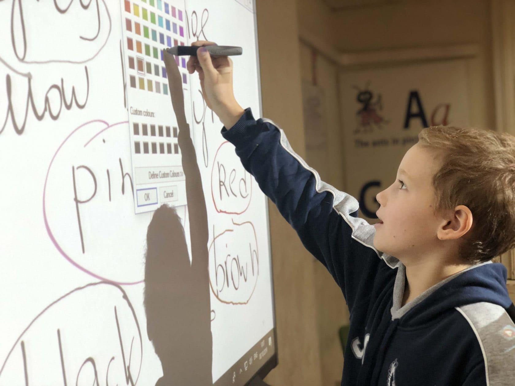 Ребенок рисует на дне рождения дома
