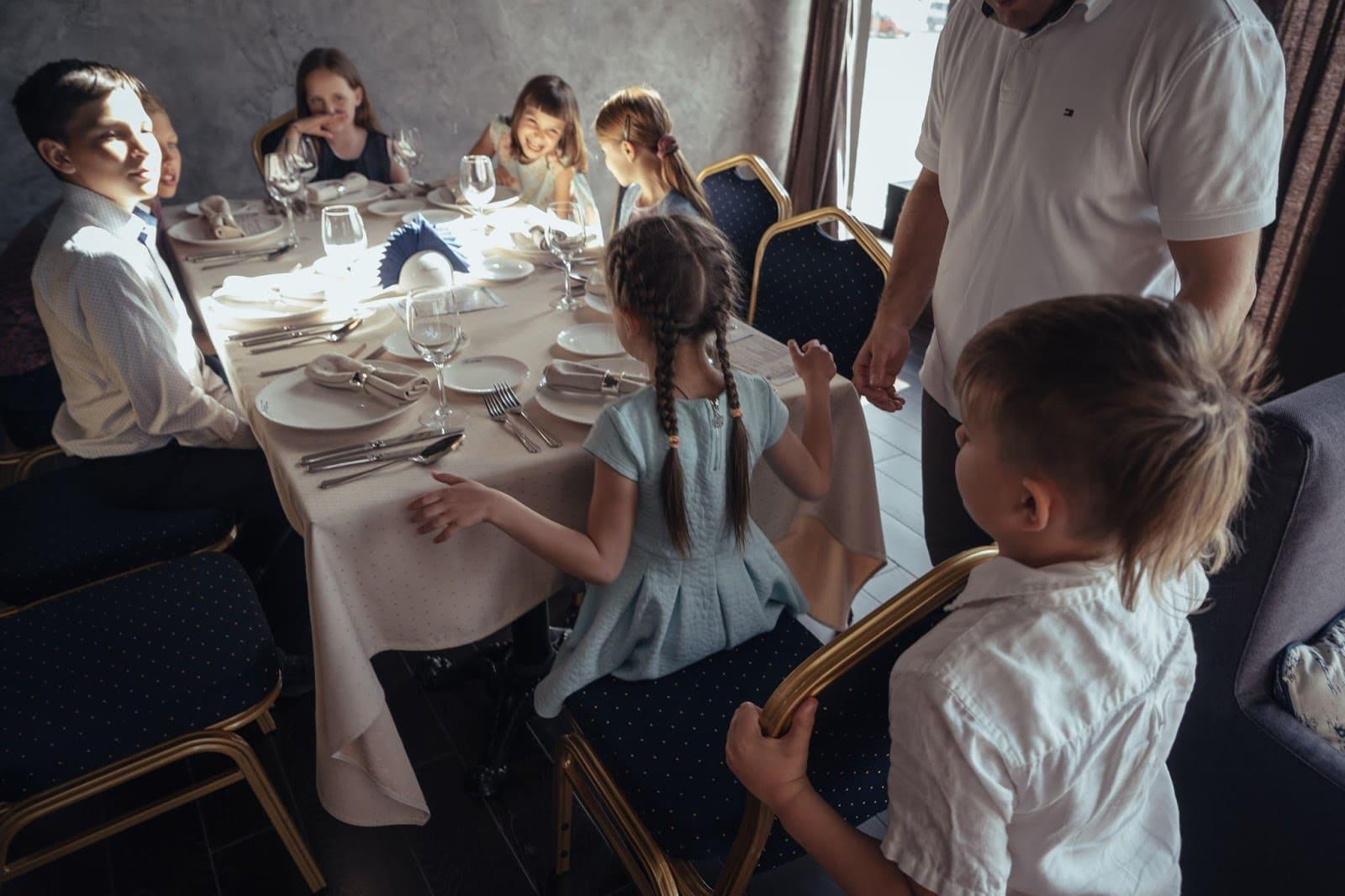 Сценарий на 8 марта для девочек за столом