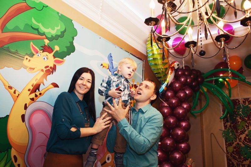 родители с ребёнком на день рождения в стиле зоопарк