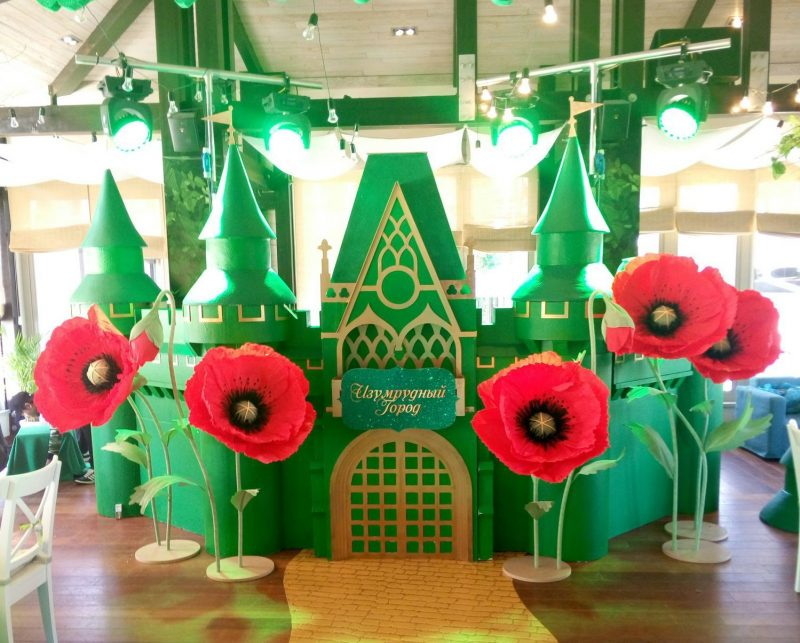 Бумажные цветы на ножках для украшения зала на выпускной в детском саду