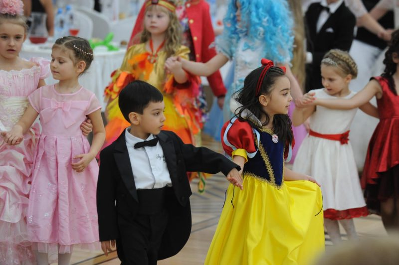 дети входят в зал на выпускном в детском саду