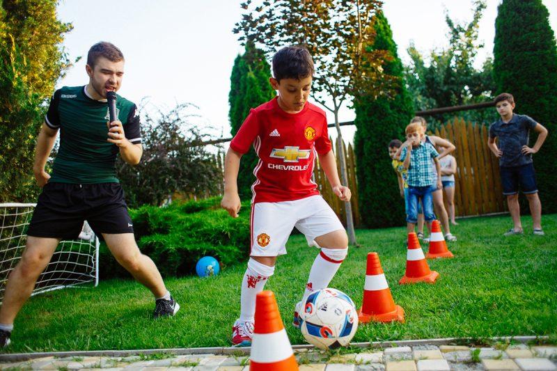 дети играют в футбол на день рождения