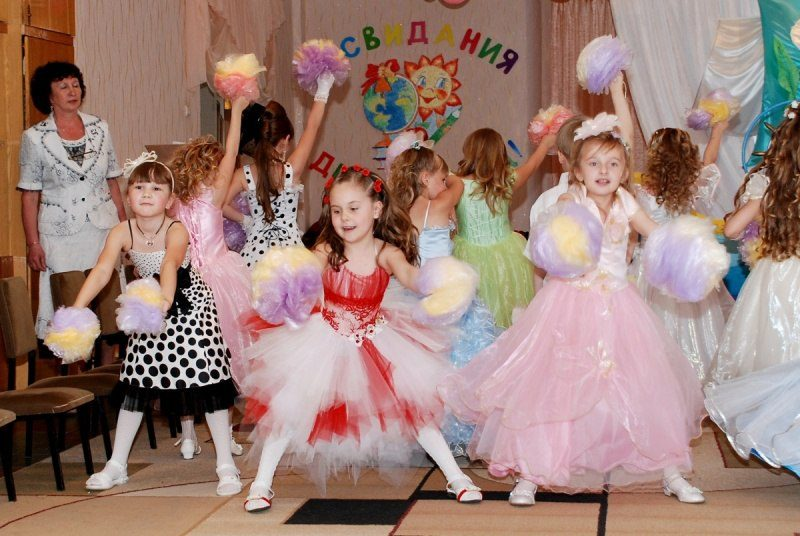 Девочки танцуют на выпускном в детском саду