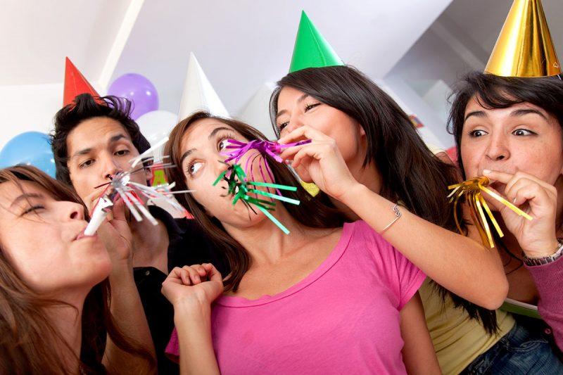 Компания подростков веселится на дне рождения