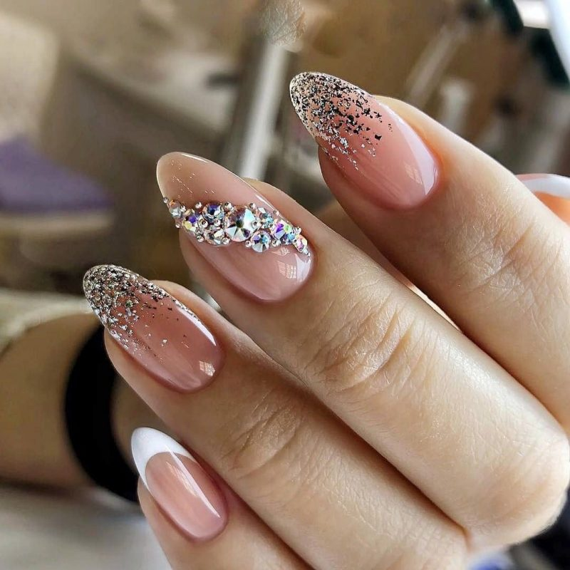 серебряные переливы на длинные ногти бежевого оттенка
