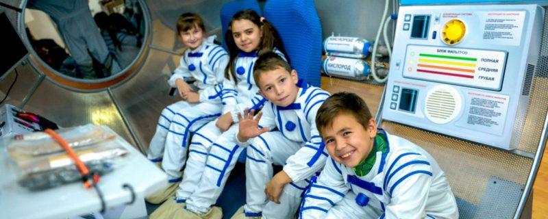 Дети радуются космическому полету