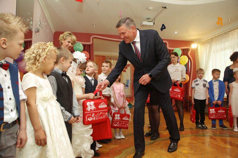 Детям вручают подарки на выпускной в детском саду