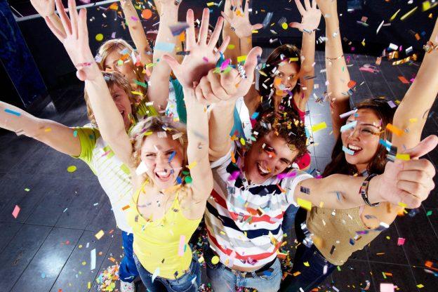 Подростки веселятся в конфети на дне рождения