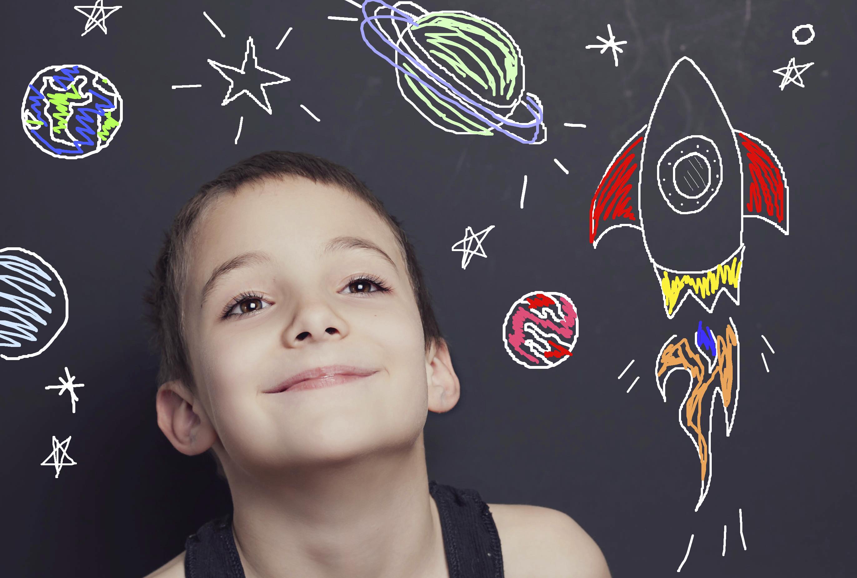 Ребенок отгадывает вопросы про космос