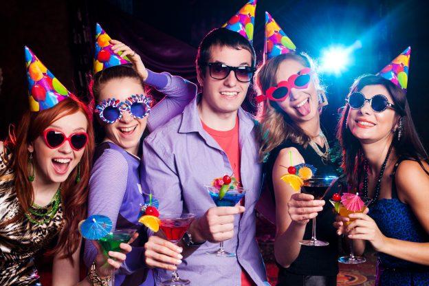 молодая компания празднует день рождения парня в 14 лет