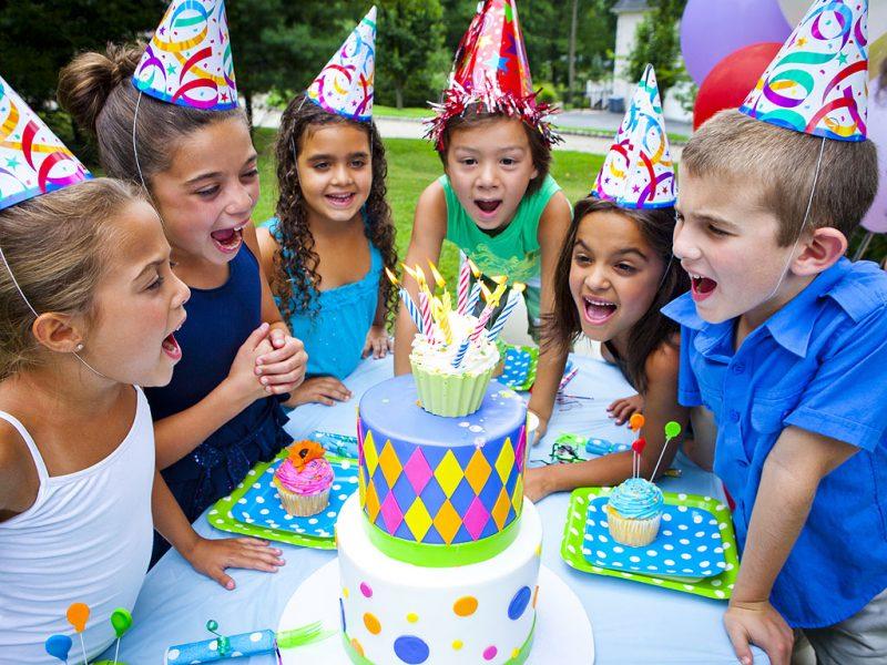 дети весело празднуют день рождения