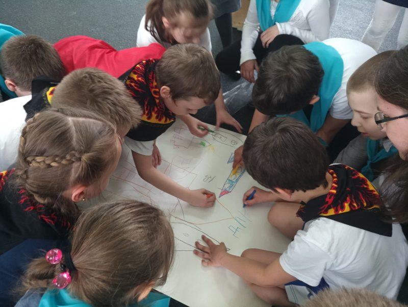 дети отвечают на увлекательные вопросы викторины