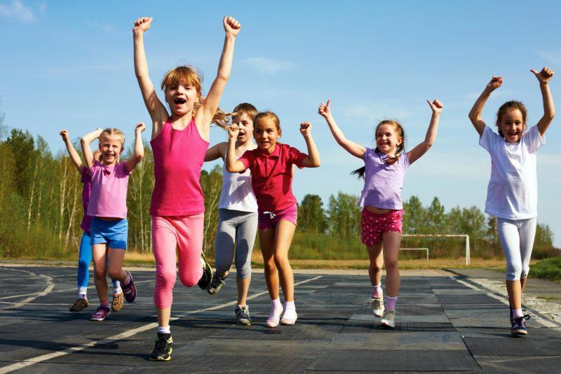 дети занимаются спортом на улице