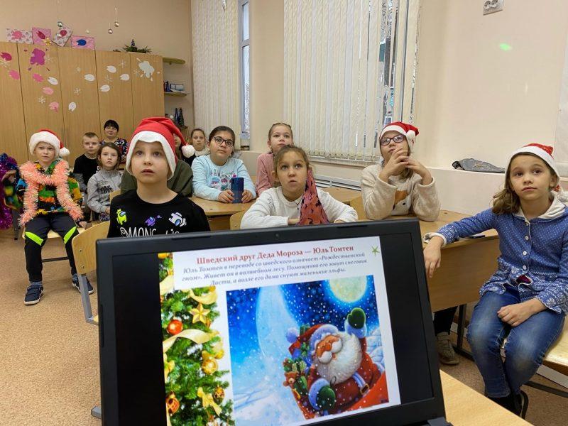 дети играют в новогоднюю викторины в школе