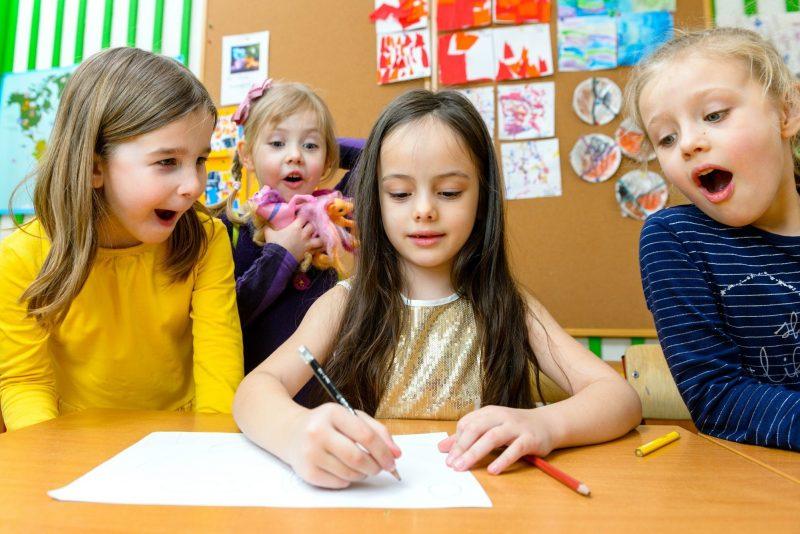 дети пишут ответы на музыкальную викторину