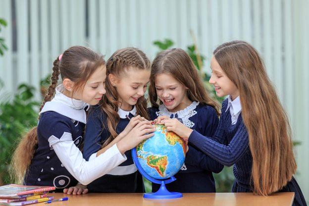 дети рассматривают подарок в виде глобуса