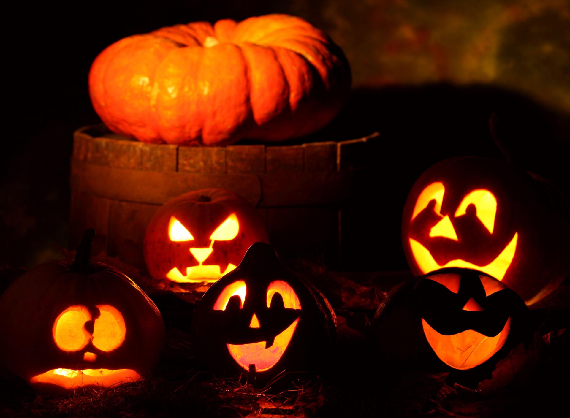 страшные светильники из тыкв на Хэллоуин